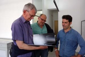 Martin Parr, Rudi Thoemmes und André Cepeda in Cepedas Ausstellung in der Station des Kasseler Fotoforums