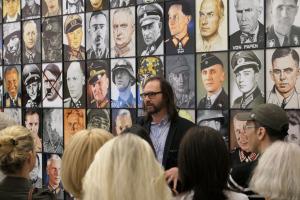 Kurator Dieter Roelstrate vor Piotr Uklanski, The Real Nazis (2017)
