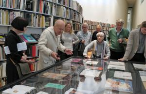 Lars Morell erläutert die ausgestellten Künstlerbücher in der Bibliothek des ARoS