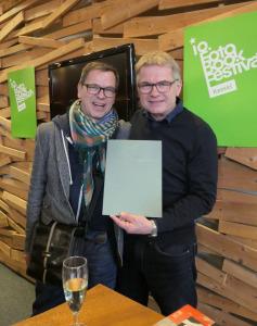 Festivaldirektor Dieter Neubert mit der Verleihungsurkunde nach der Zeremonie, links Laudator Markus Schaden (Staatstheater Kassel, Schauspielhaus, 25.11.2018).