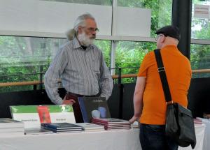 Hannes Wanderer im Gespräch an seinem Buchstand auf dem Kasseler Fotobuchfestival 2018