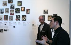 Hans-Michael Koetzle führt japanische Journalisten durch die Ausstellung