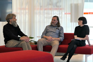 Lasse Krog Møller, Jesper Rasmussen und Anne Elisabeth Toft beim Gespräch über Møllers Arbeiten