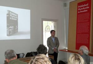 Niclas Östlind stellt sein Buch über schwedische Fotobücher vor