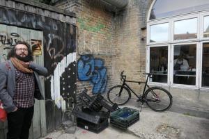 Bildtext: Stijn van der Linden an der Ecke Nr. 5 des Rundgangs in Aarhus (genaue Codierung nach des Fotografen System: p13II45G4c0705m04050106071108w #1lo0205#106#1xo09#11398#2co97#1).