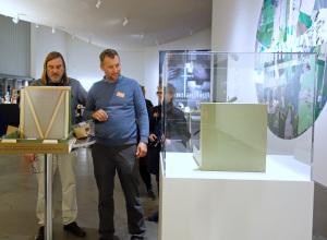 """Jesper Rasmussen und Moritz Neumüller mit zwei Versionen der """"Boite-en-Valise"""" von Duchamp im Museum HEART in Herning"""