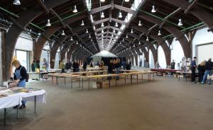 Die große Godsbanen-Halle kurz nach Eröffnung des Fotobuchmarktes