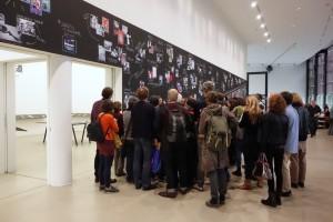 """Markus Schaden füŸhrt durch die Ausstellung """"Photo Book Studies"""""""